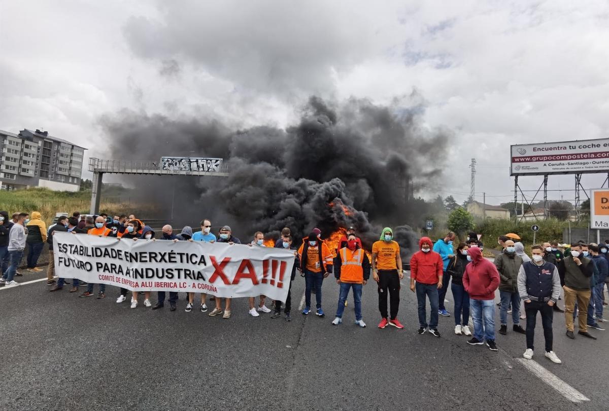 Trabajadores de Alu Ibérica cortan el tráfico en una carretera de A Coruña