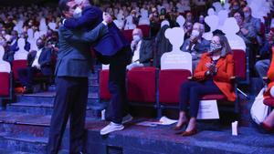 El presidente de CEOE, Antonio Garamendi (izquierda) se abraza con Unai Sordo, Secretario General de Comisiones Obreras, ante la mirada de la vicepresidenta primera, Nadia Calviño, en el 12º Congreso Confederal de CCOO